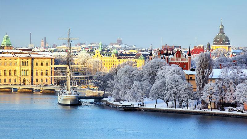 Fakta om Stockholm - Stockholm er Sveriges hovedstad, og regnes for å være Skandinavias største by, både hva antall innbyggere og omfang angår, og med stort og smått bor det i overkant av…
