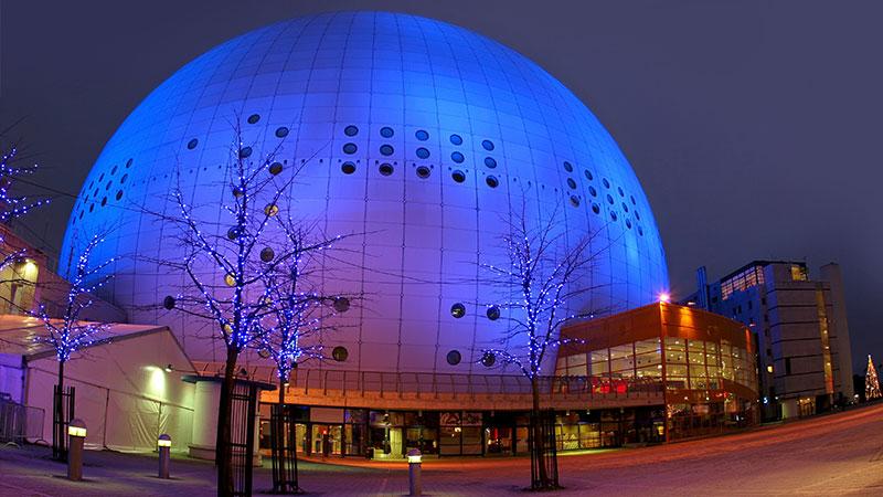Globen – Stockholms arena for arrangementer - Globen er med rette Stockholm store stolthet, og det er i tillegg til å være et kjennetegn i bybildet, også Sveriges nasjonale arena for både sportsarrangementer og internasjonale konserter. Rent…